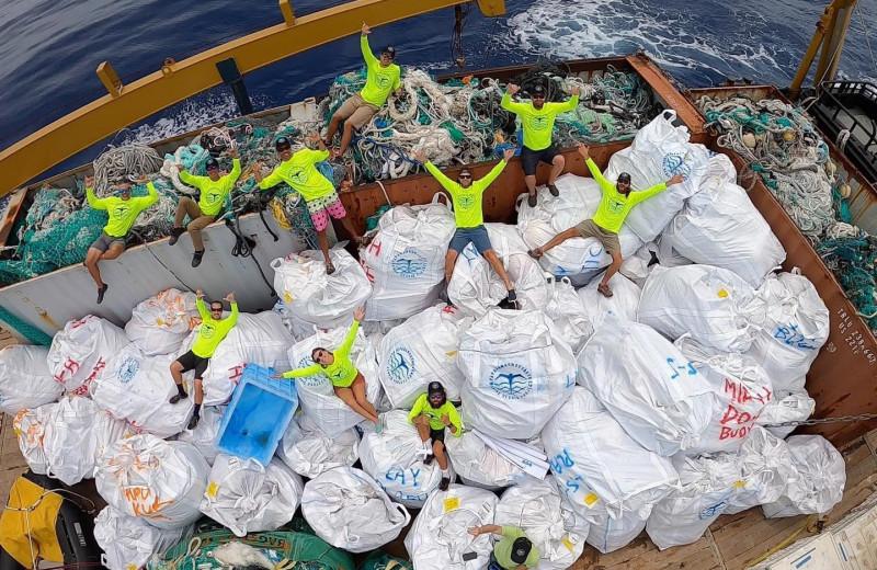 С заповедного гавайского архипелага вывезли тонны мусора