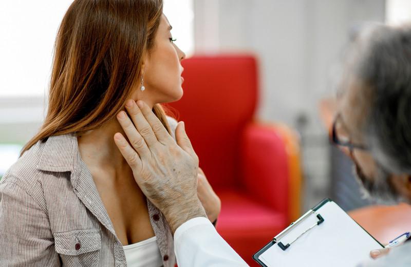 Плачу, толстею и мерзну: 7 поводов проверить щитовидку прямо сейчас