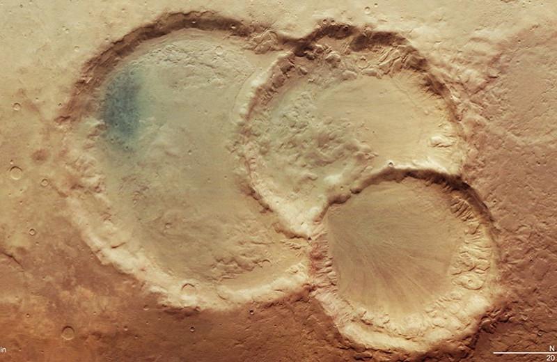 На Марсе обнаружили тройной ударный кратер