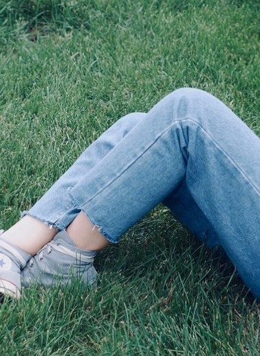 Чем и как отстирать траву с джинсов: 7 лайфхаков и 14 супер-способов