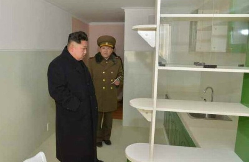 Статуи, фальшивые доллары и еще 6 статей экспорта Северной Кореи