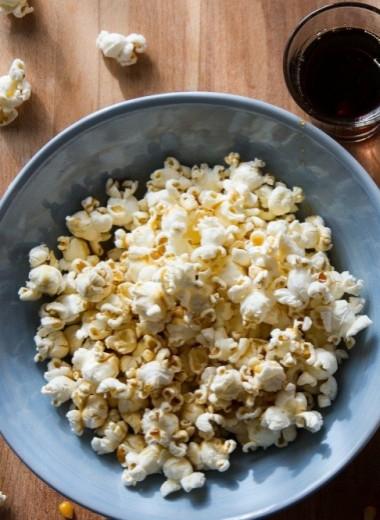 Попкорн: польза и вред для организма — от домашнего до того, что в кинотеатре