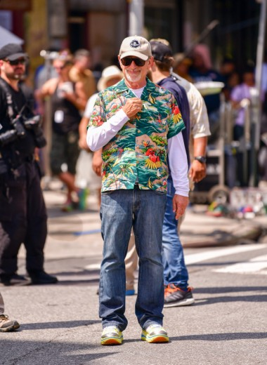 Кто одет лучше: Стивен Спилберг или Тэрон Эджертон
