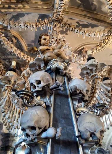 5 самых жутких костехранилищ в Европе (люстра из костей и скелет в рясе монаха)