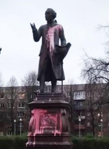В Калининграде облили краской памятник Канту и назвали его «предателем Русской Земли»