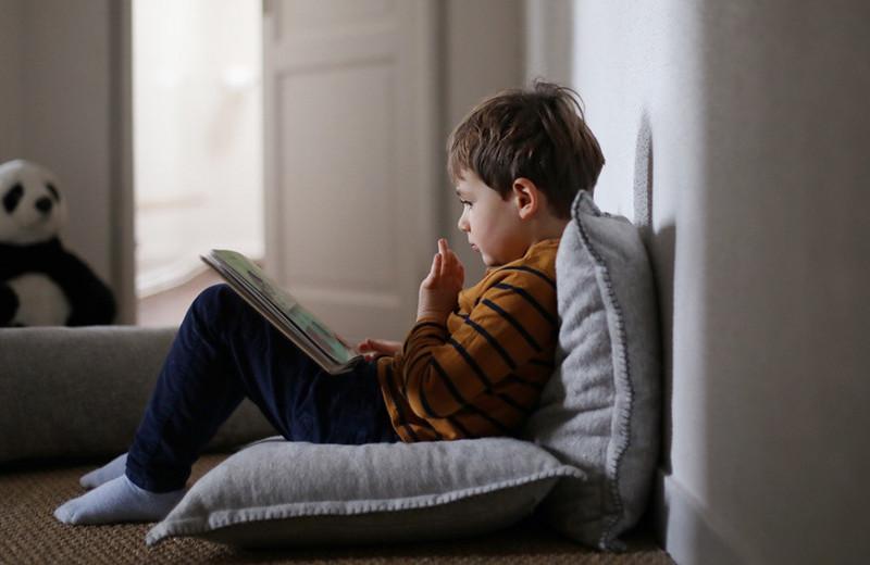Травма постсоветского родителя: почему мы паникуем из-за того, что дети мало читают