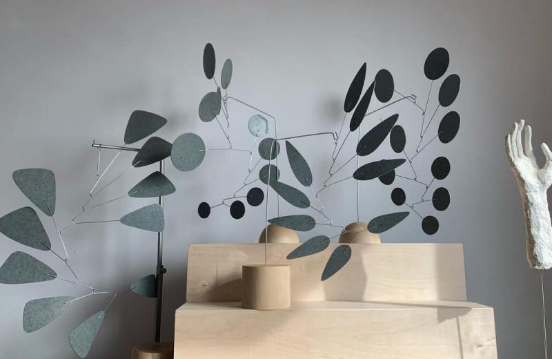 Как украсить дом экологично: художница Алиса Рыжкова создает интерьерные мобили из переработанных материалов