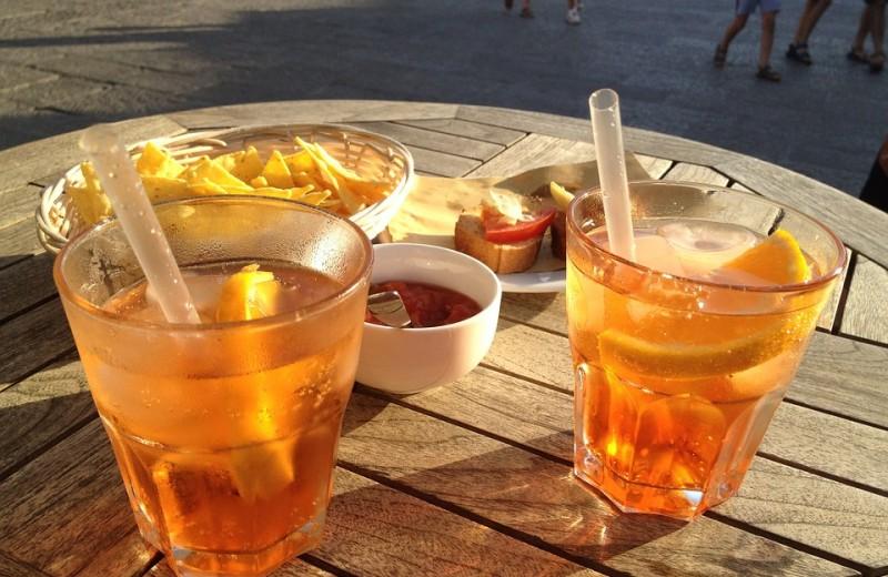 Что происходит с организмом, когда ты пьешь алкоголь в жару (и как этого избежать)
