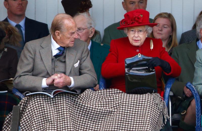 Кто делает сумки для королевы Елизаветы II и где их купить