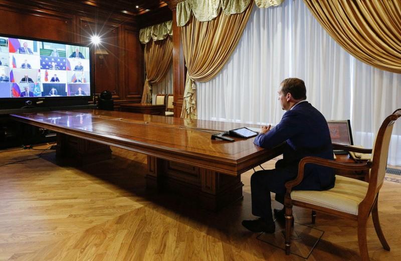 Выбирайте выражения: хотел ли Дмитрий Медведев раздать деньги всем поровну