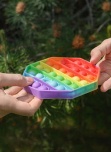 Кубик Рубика и другие антистресс-игрушки: чем мы занимали руки до поп-ит?
