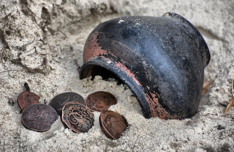 Как хранили деньги в те времена, когда не было сейфов и банков