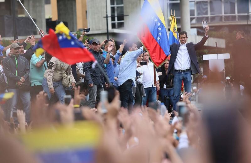 Лидер парламента Венесуэлы объявил себя президентом. Его признал Трамп: главное