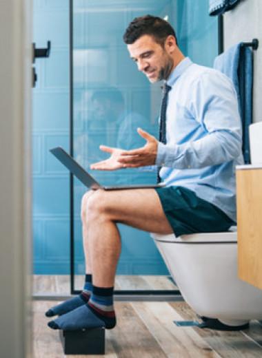 «Мой муж проводит в туалете подозрительно много времени»