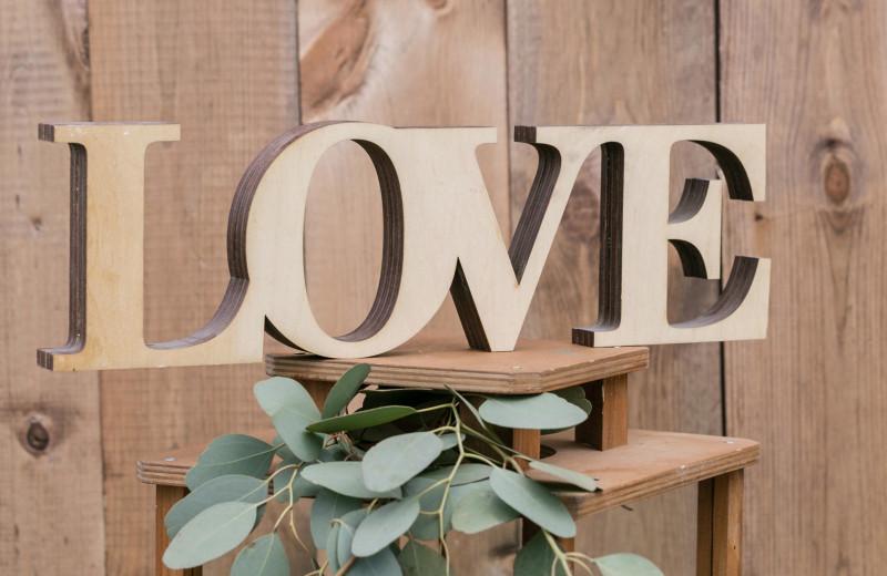 Прочнее дерева: как праздновать деревянную свадьбу и что на нее дарить