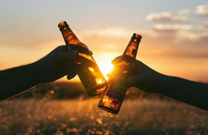 Как вывести алкоголь изорганизма: 8лайфхаков, чтобы прийти всебя