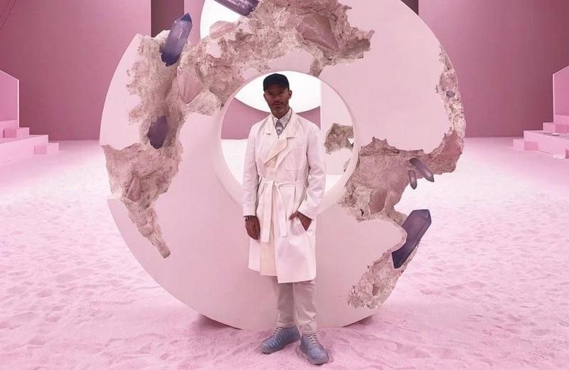 Кто такой Дэниел Аршам — художник, оформивший показ Dior потрескавшимися инсталляциями