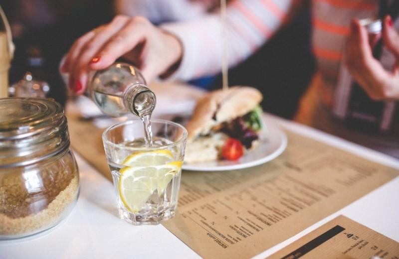 Вредно ли запивать еду? Что лучше: есть + пить или сначала есть, а потом пить