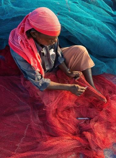 Индийские рыбаки превращают океанский пластик в дороги