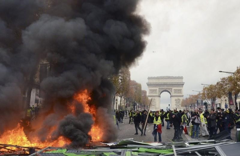 Протесты во Франции: горящие баррикады, слезоточивый газ и 130 задержанных