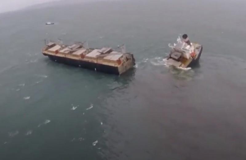 У берегов Японии раскололось надвое грузовое судно: видео
