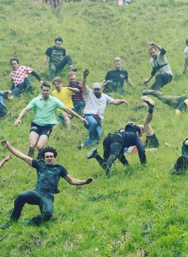 Англичане катаются за сыром с холма: видео