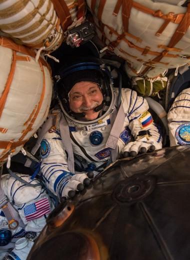 «Звоните друзьям и занимайтесь спортом»: 5 советов для карантина от космонавта с МКС