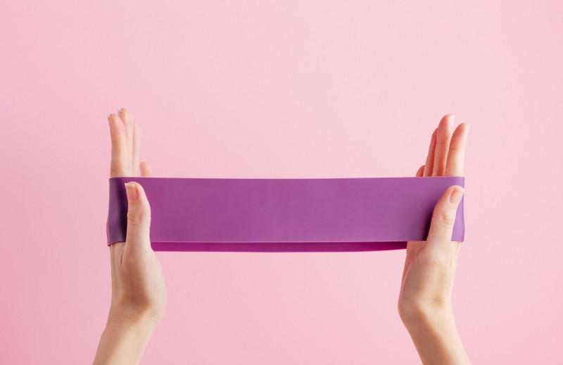 11 упражнений с резинкой: описания, видео и инструкции