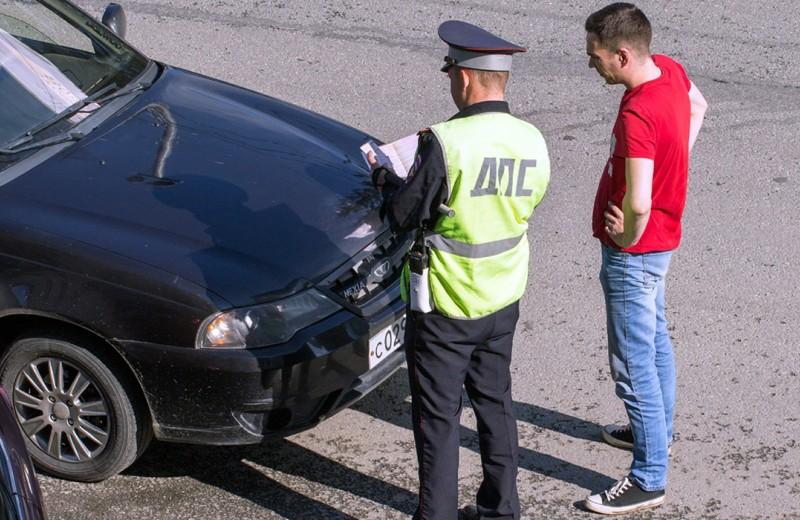 Новая ловушка для автомобилистов: инспектор тормозит под камерой