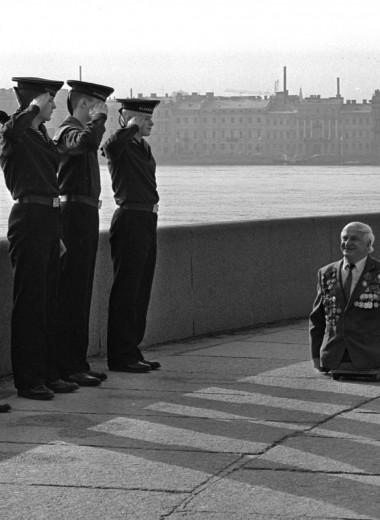 История одной фотографии: моряки отдают честь безногому ветерану Великой Отечественной войны