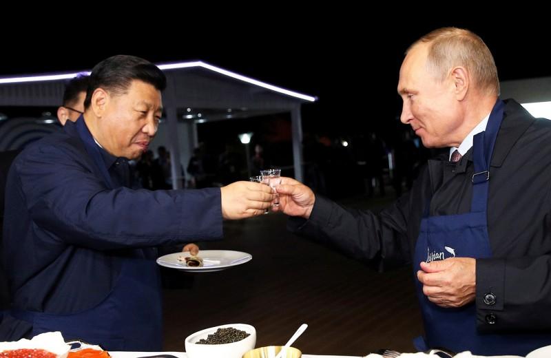 Мир без доллара: Путин предложил партнерам ВЭФ расчеты в тугриках