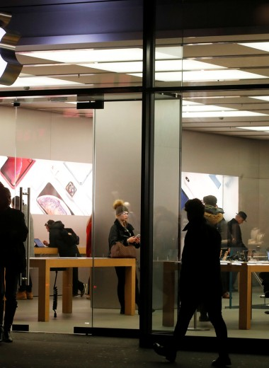Продажи iPhone упали почти на 20%. Как Apple собирается вернуть интерес покупателей