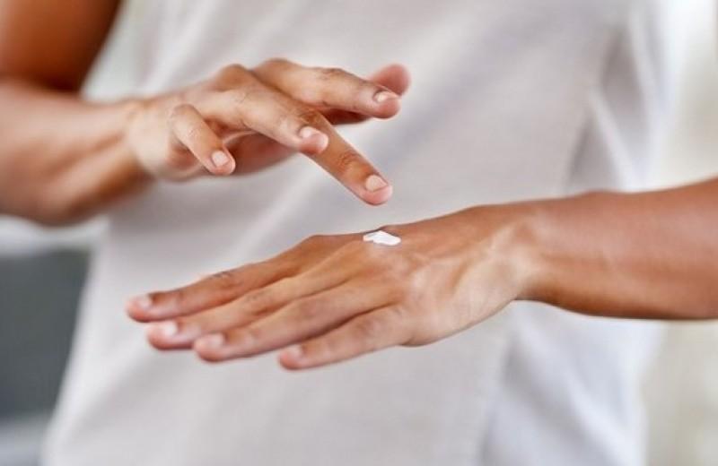 Как спасти кожу рук после использования санитайзеров