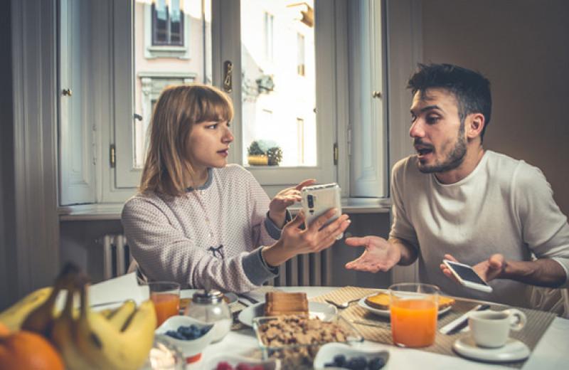 Мужчина продавал коллегам приготовленные женой обеды, а сам тайком ел фастфуд
