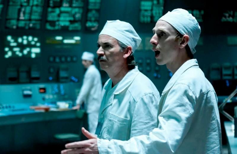 Ящики с водкой, биороботы и голые шахтеры: 11 нестыковок в сериале «Чернобыль»