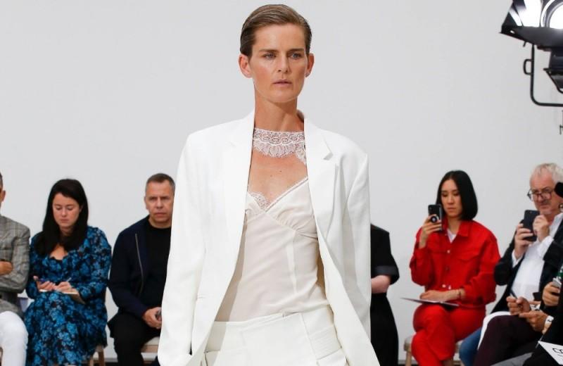 Платье на брюки и еще пара трендов из 90-х: 16 луков с показа Victoria Beckham