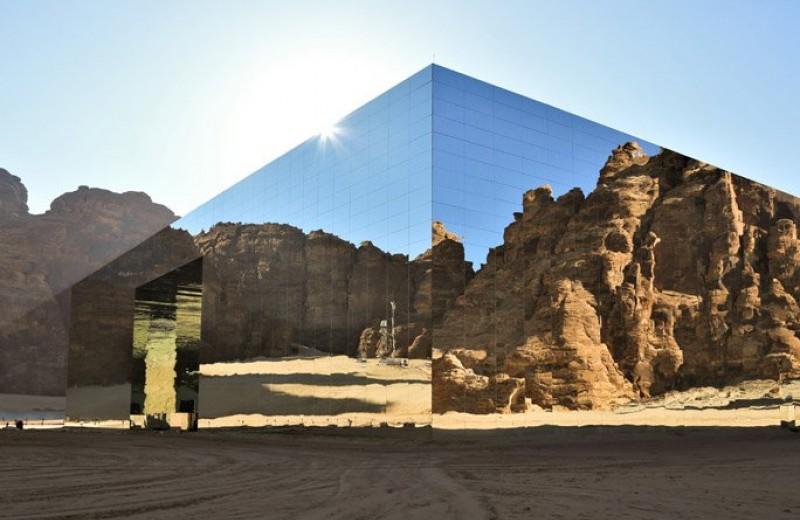 В пустыне Аль-Ула построили полностью зеркальное здание