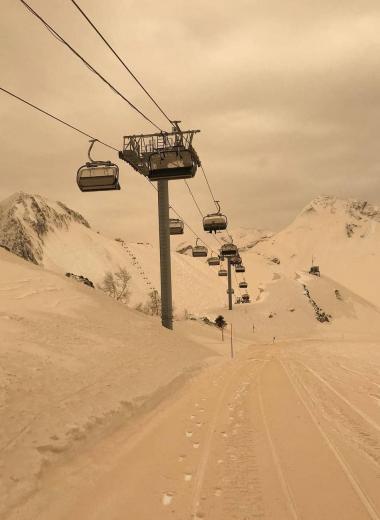 Оранжевый снег на курортах Сочи: в чем причина?