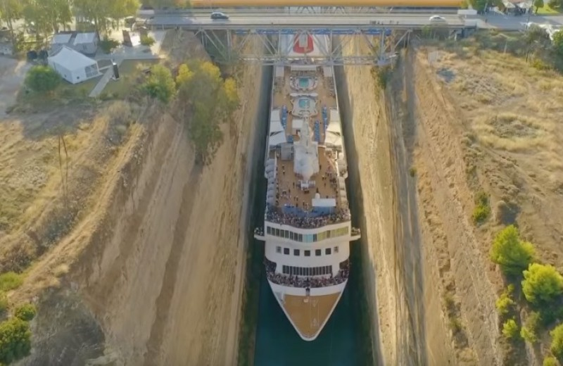 Круизный лайнер прошел впритык по узкому каналу в Греции: видео