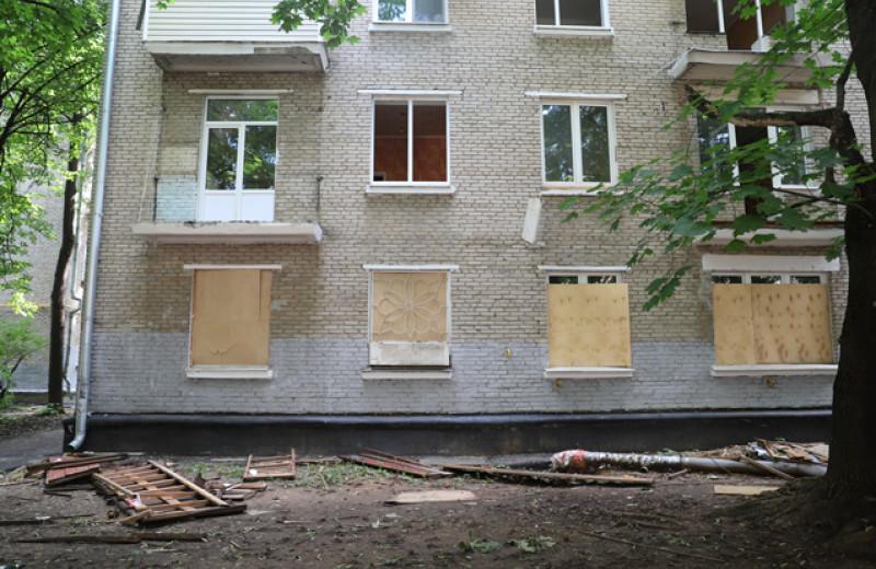 Неизвестные в масках и угроза убийством. Как в Москве по кускам разбирают дома, в которых живут люди