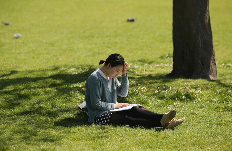 Читать на долгих майских: продолжение «Поста» Глуховского, история платья Елизаветы II и еще 8 литературных новинок весны