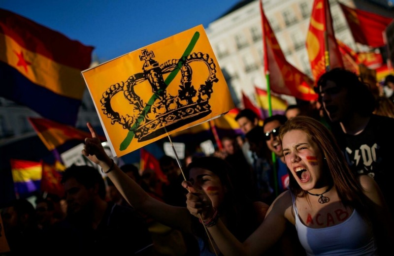 Кризис монархии: бывшего короля Испании подозревают в коррупции, а от нынешнего требуют отказаться от престола. Главное