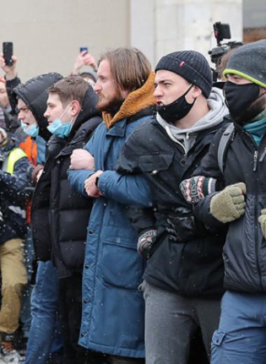 «Стояли в очереди на погрузку в автозак»: как прошло несогласованное шествие в Москве