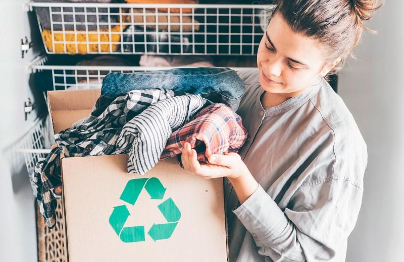 Избавься от старой одежды и получи вознаграждение: куда сдать ношеные вещи