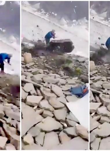 Камнепад сошел на базовый лагерь альпинистов: видео