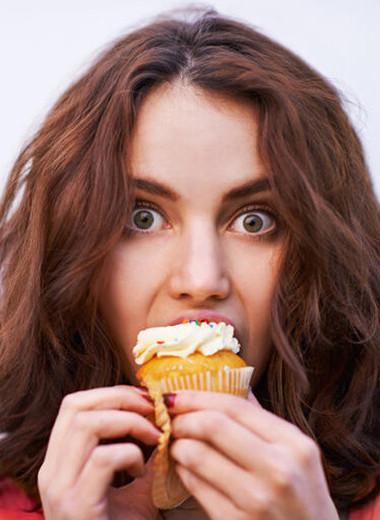 Ем пирожные, чтобы себя наказать: что такое самонасилие едой