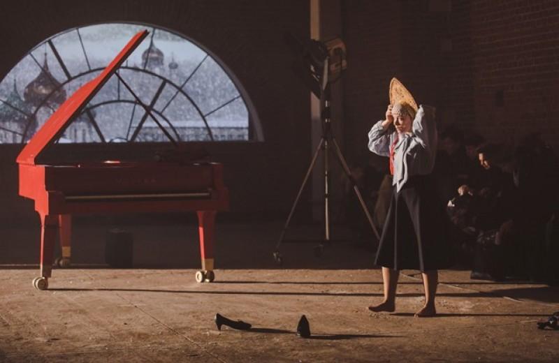 Гробы с мумиями, хор «Москворечье» и живой ворон в новом спектакле Дмитрия Крымова