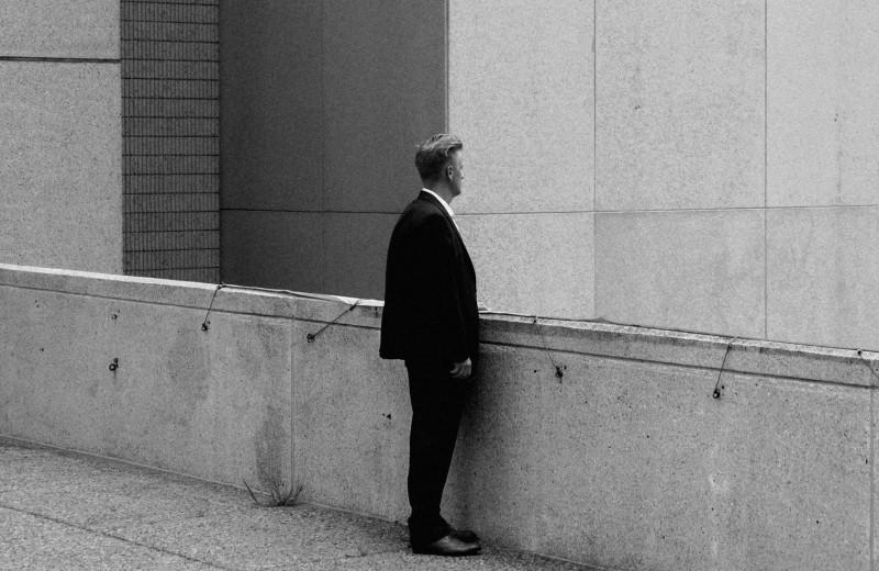«Компаниями управляют нарциссы, в отношениях царит двуличие»: почему бизнес-литература не применима к реальной жизни