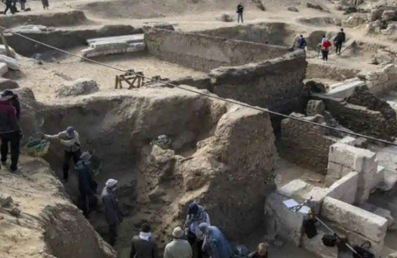 В Египте нашли древний папирус «Книги мертвых» и сотни других артефактов