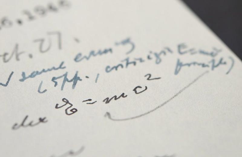 Рукописное письмо Эйнштейна с формулой E=mc2 продали за $1,2 миллиона